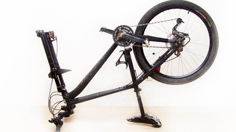 Велосипед с одним снятым колесом
